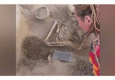 JEZIVO OTKRIĆE: Arheolozi su otkopali kostur djevojke star više od 2.000 godina, a ono što je imala u ruci, šokiralo je sve… (VIDEO)