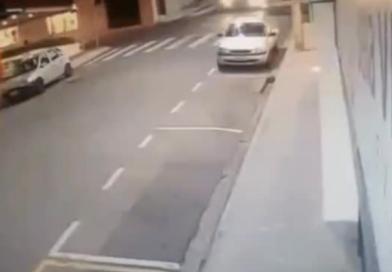 ZASTRAŠUJUĆI SNIMAK: Dječak za dlaku izbjegao da ga pregazi autobus nakon što je ispao iz automobila od siline udara (VIDEO)